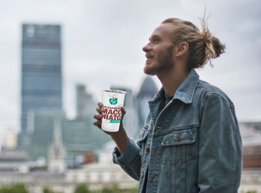 Muž s kávou K-to go v ruke