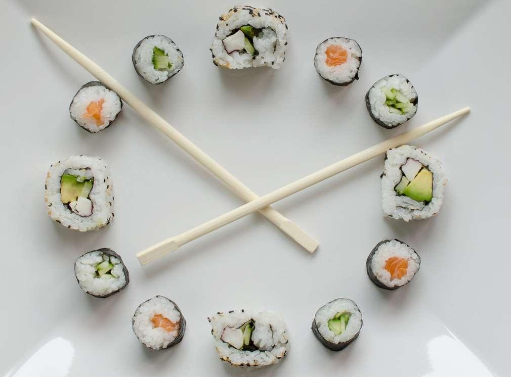 Sushi uložené ako ciferník hodín.