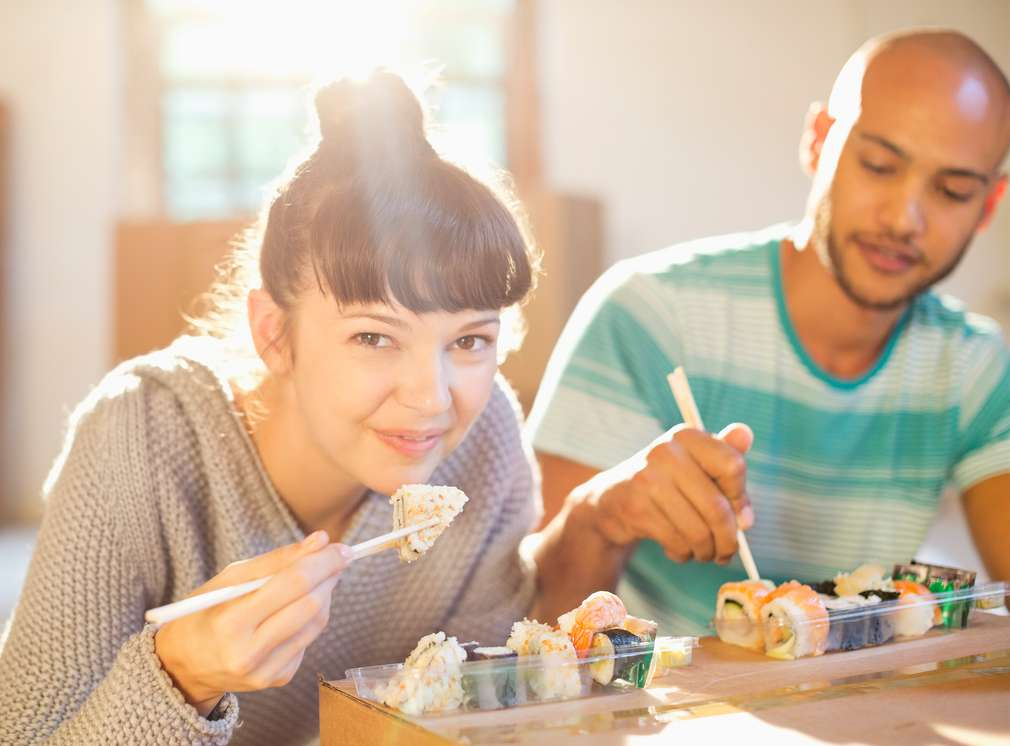 Muž a žena jedia sushi K-to go