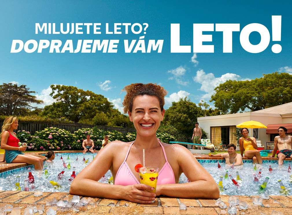 Žena s nápojom v bazéne a nad ňou nadpis: Milujete leto? Doprajeme vám leto!