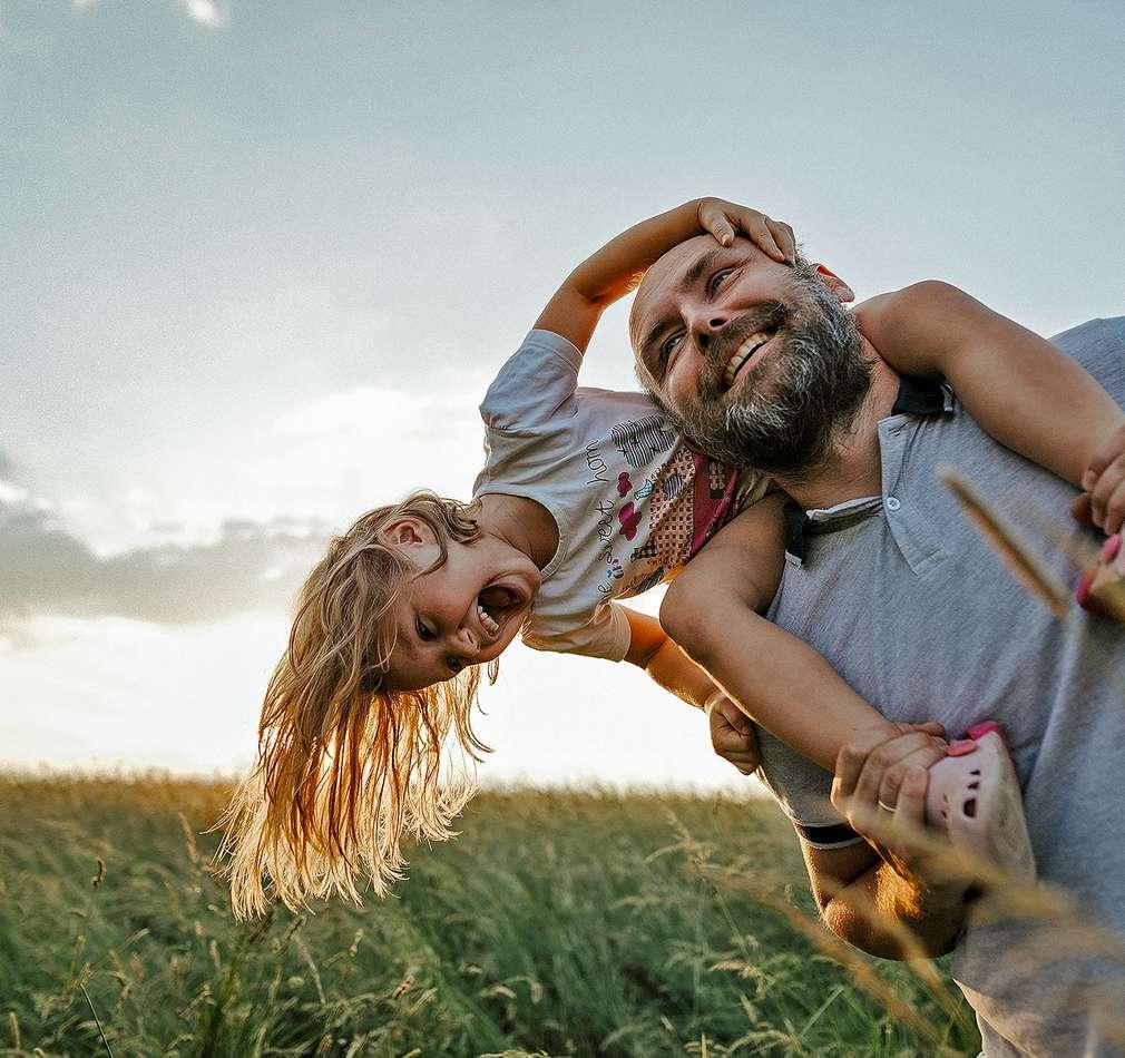Otec s dcérou na prechádzke v prírode