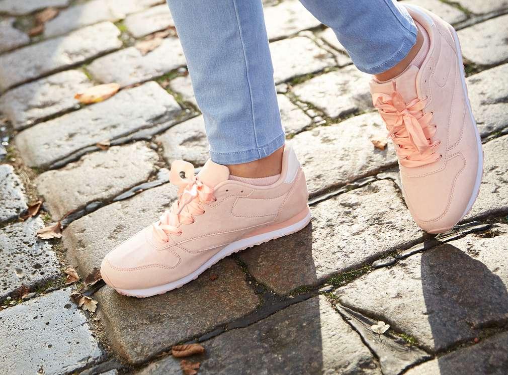 ženské nohy v teniskách