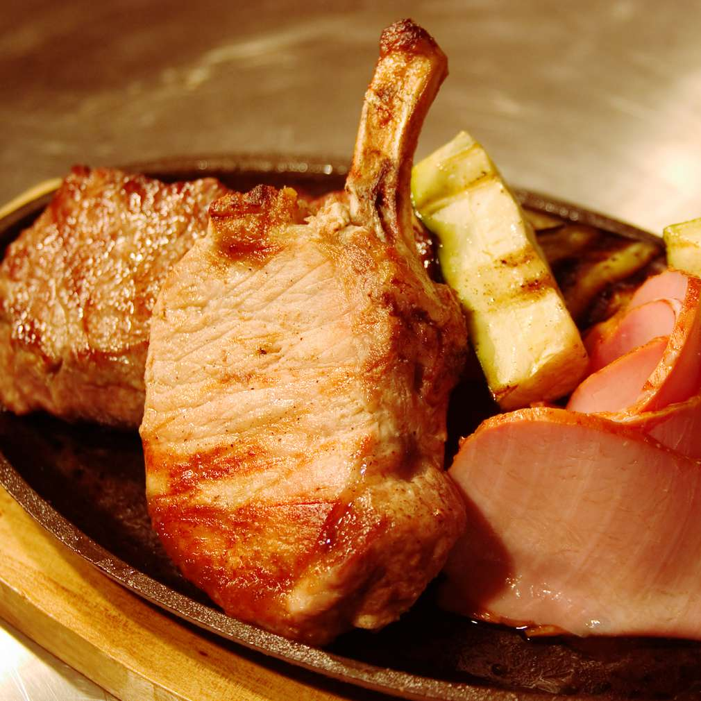 Imaginea rețetei Cotlete de porc cu șuncă și dovlecei