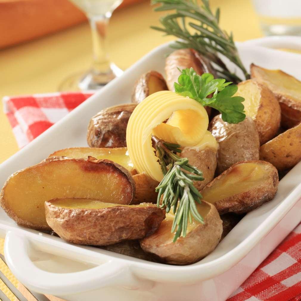 Imaginea rețetei Cartofi cu unt și rozmarin