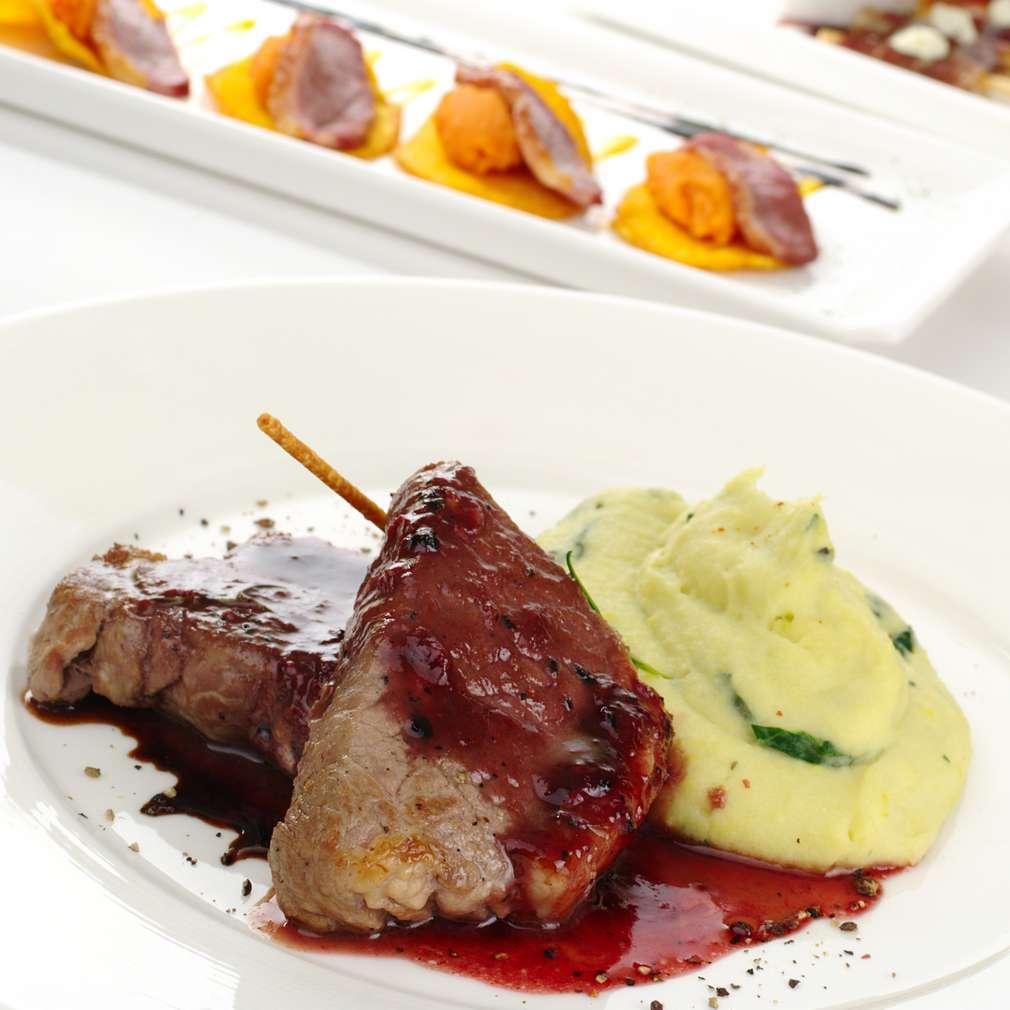 Imaginea rețetei Cotlete de porc cu piure de cartofi și sos de vin roșu