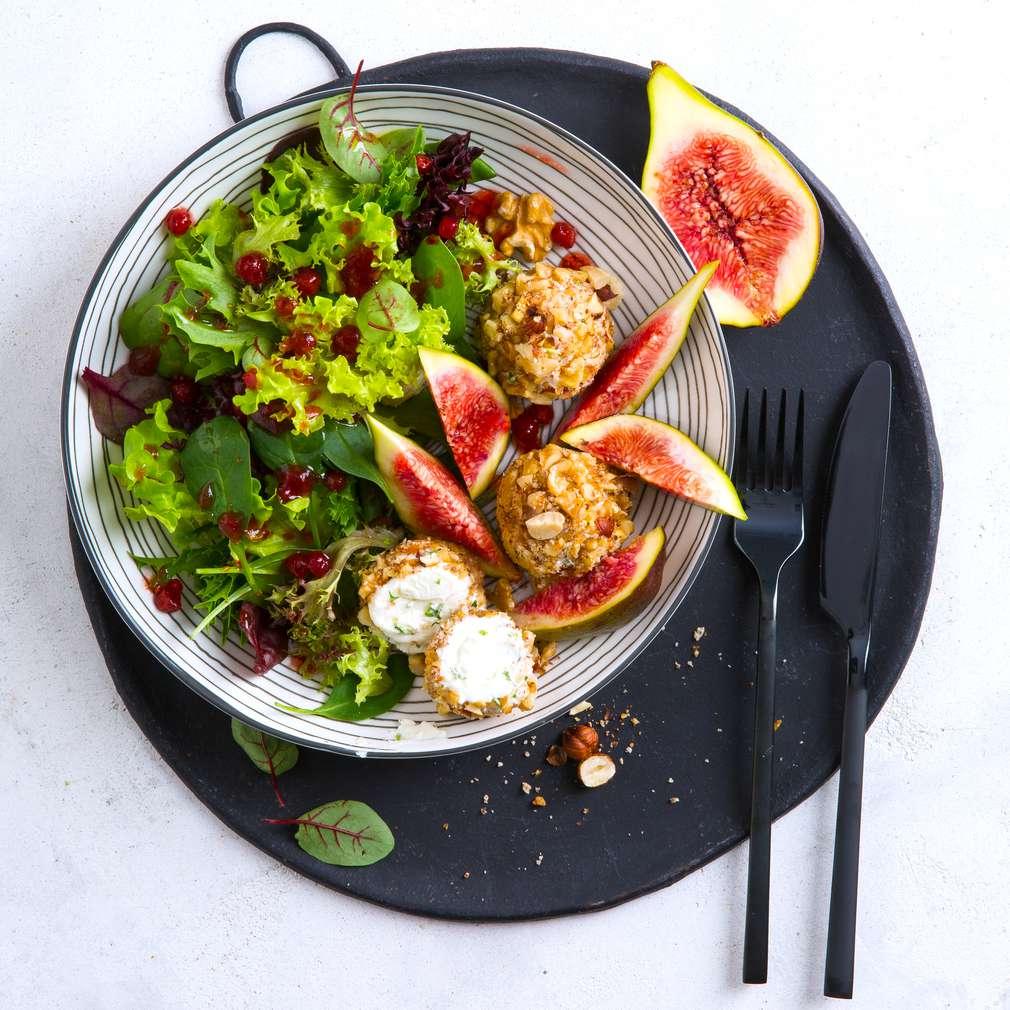 Imaginea rețetei Bile de brânză cu salată și smochine proaspete