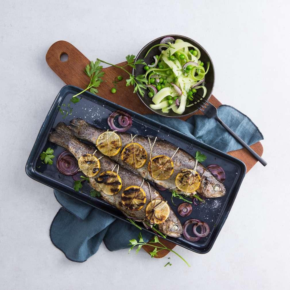 Zobrazit Limetkový pstruh s okurkou a wasabi salátem receptů