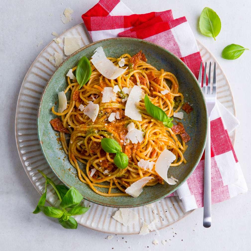 Abbildung des Rezepts Pesto-Spaghetti mit Salami