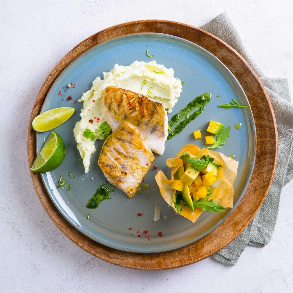 Imaginea rețetei Șalău file cu piure de cartofi și salată de avocado și mango