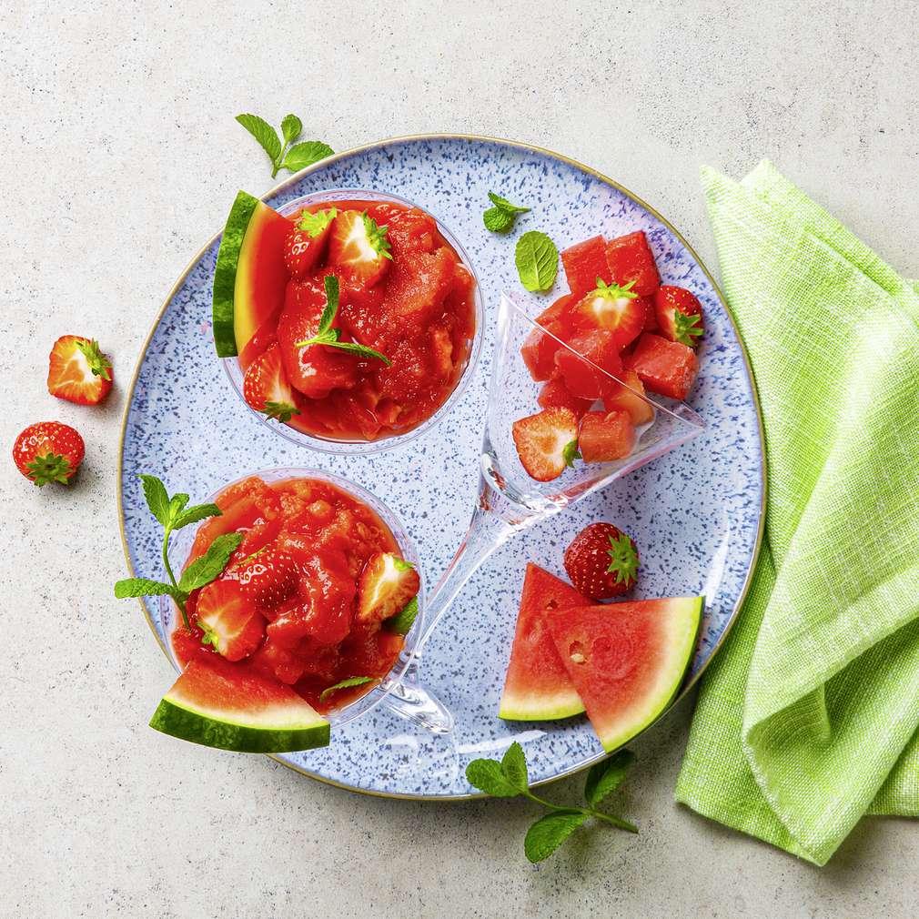 Изобразяване на рецептата Скрежина с диня и ягоди