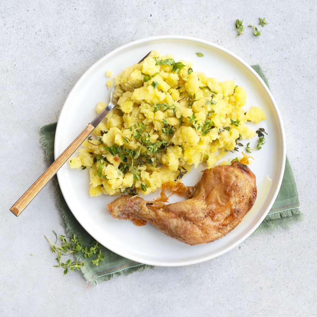 Zobrazit Pečená kuřecí stehna na česneku se šťouchanými brambory receptů