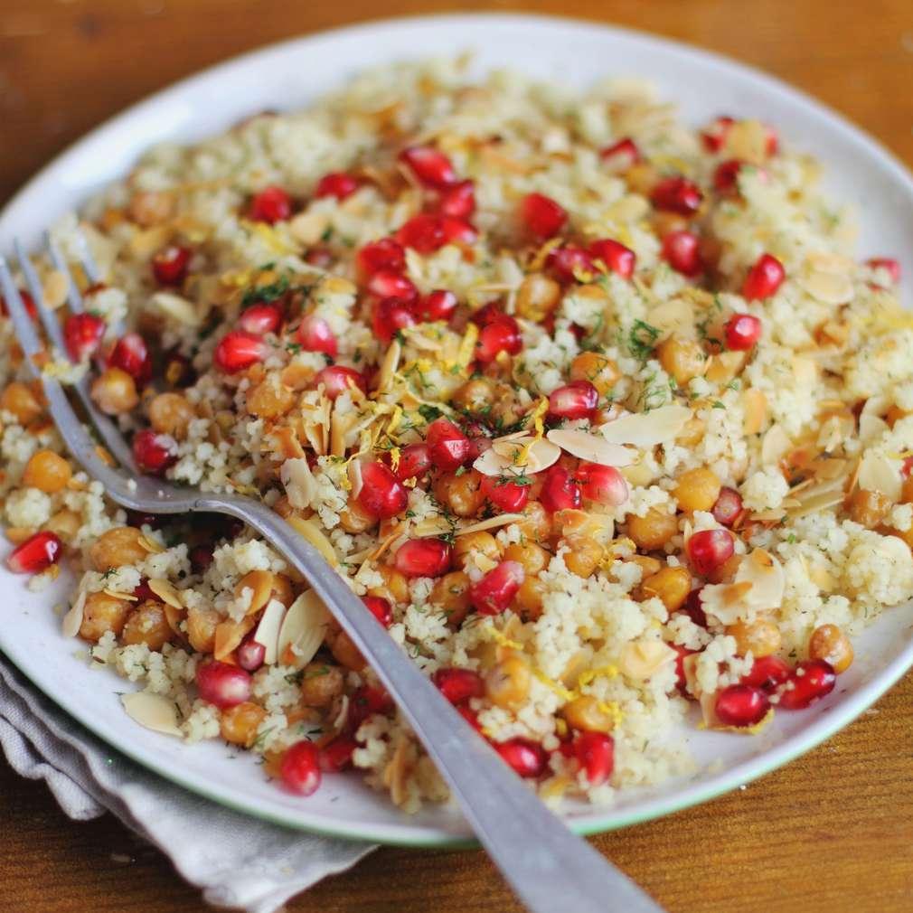 Imaginea rețetei Cușcuș vegetarian cu rodii și muguri de soia
