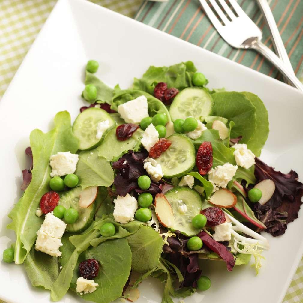 Imaginea rețetei Salată verde cu mazăre, stafide și parmezan