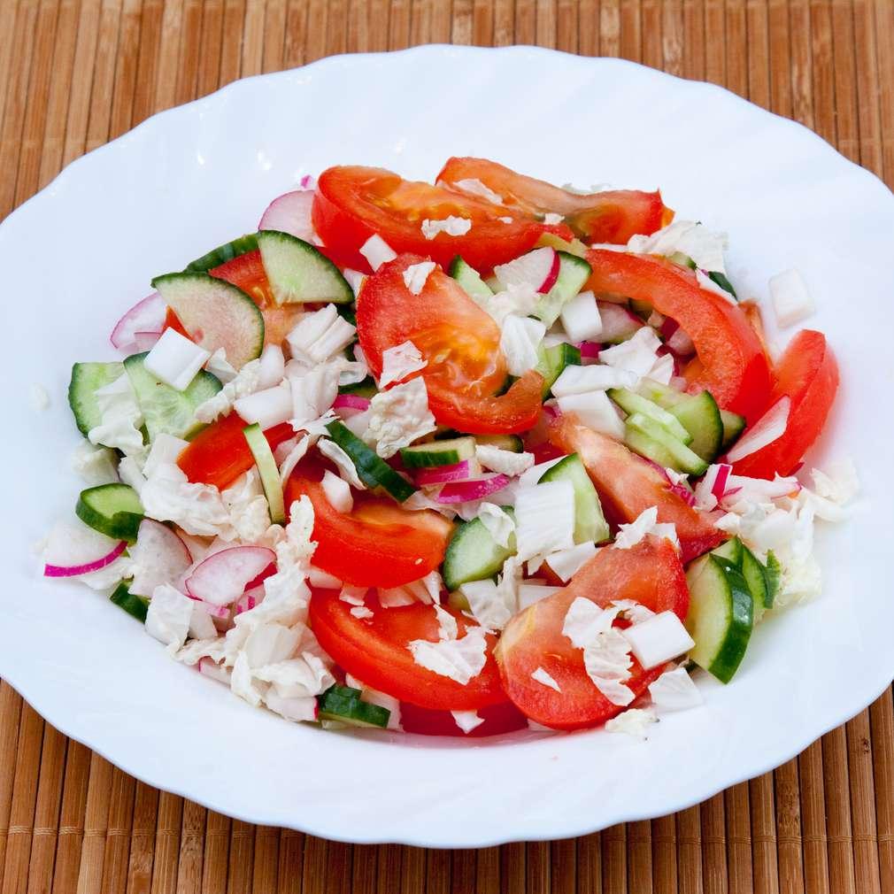 Salată de varză, roșii și castraveți