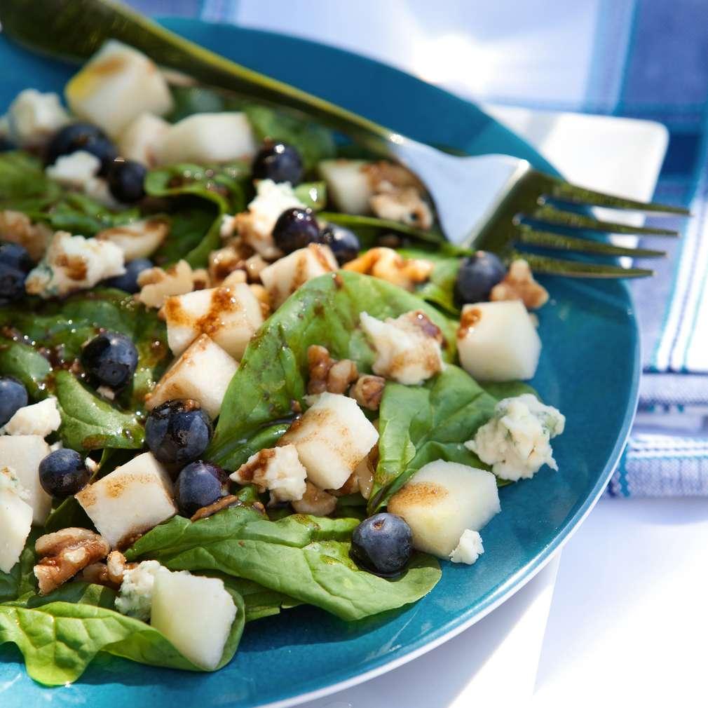 Imaginea rețetei Salată de gorgonzola, afine și pere