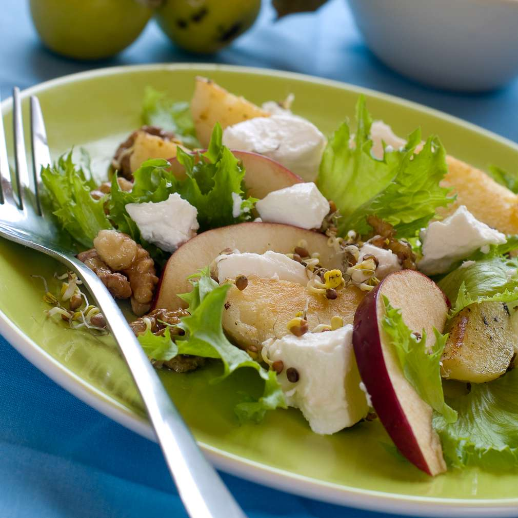 Imaginea rețetei Salată de măr și nuci