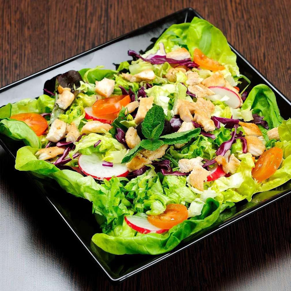 Salată asortată cu varză roșie, pui și ridichi