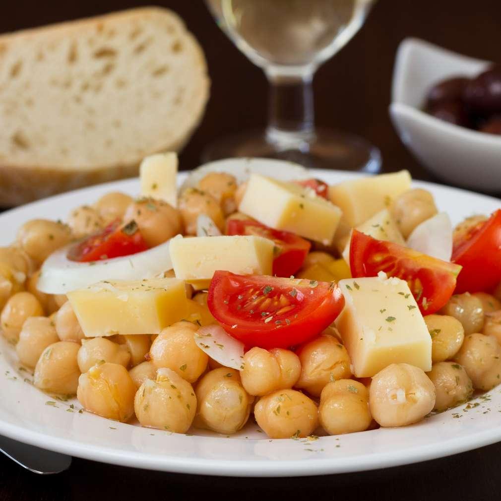 Salată de năut și cașcaval