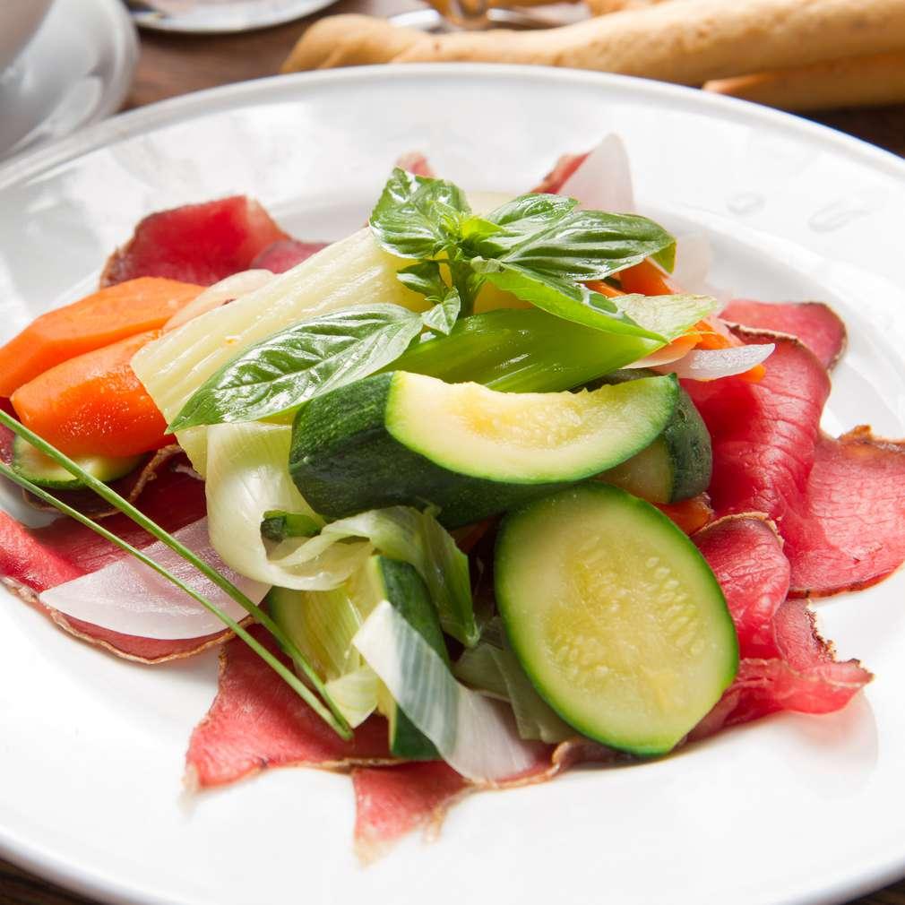 Imaginea rețetei Salată de șuncă cu legume