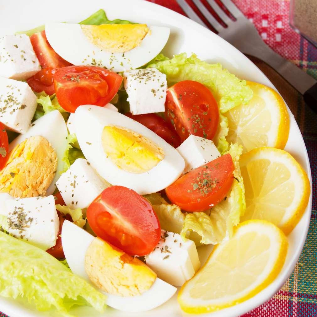 Salată cu ou, lămâie și brânză