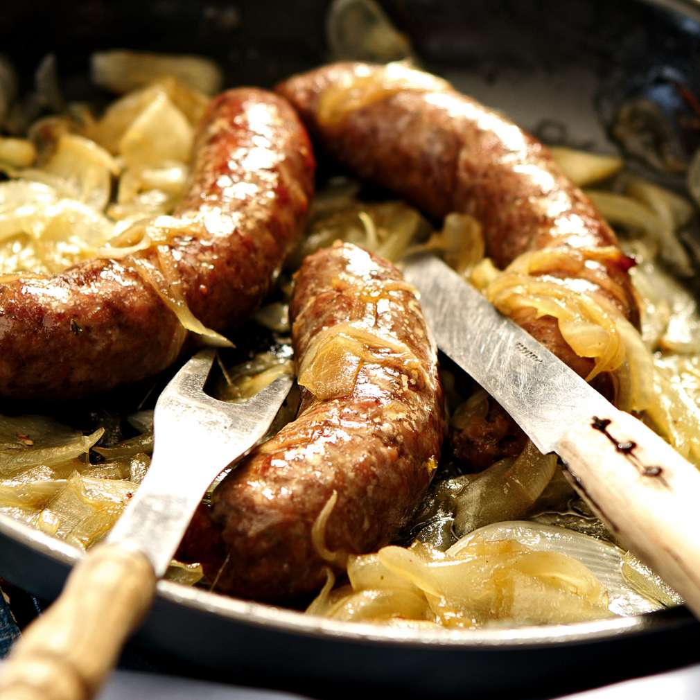 Изобразяване на рецептата Наденица с лук на тиган