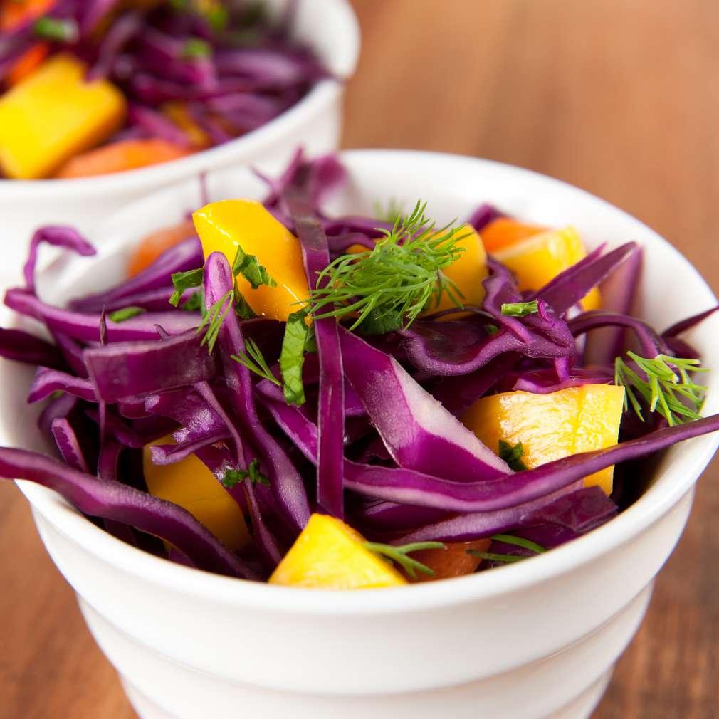 Salată de varză roșie cu mango