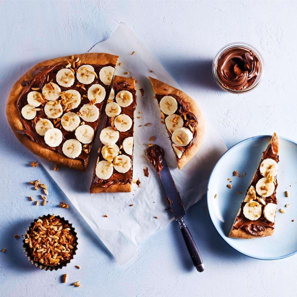 Abbildung des Rezepts Süße Bananenpizza mit karamellisierten Mandeln