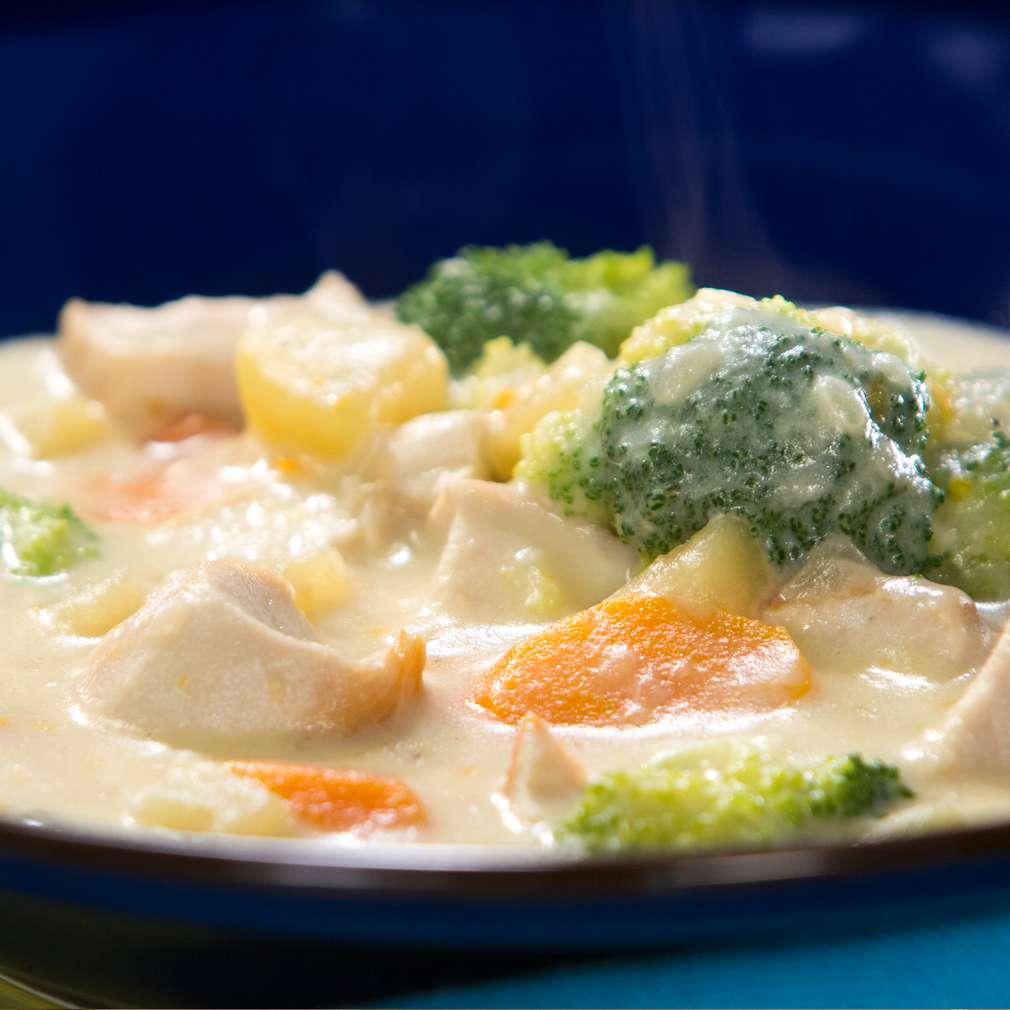 """Изобразяване на рецептата Пилешко със зеленчуци и сос """"Бешамел"""""""