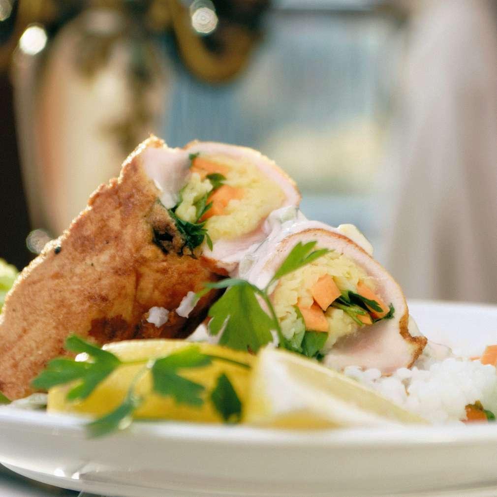 Изобразяване на рецептата Пилешко руло Пролет със сос Бристол