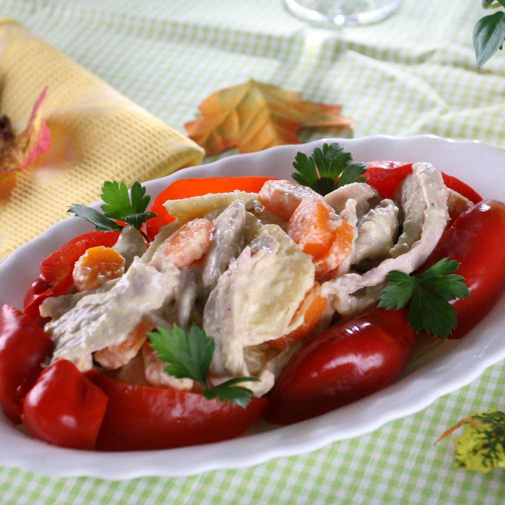 Imaginea rețetei Salată cu hrean, smântână și carne de pasăre