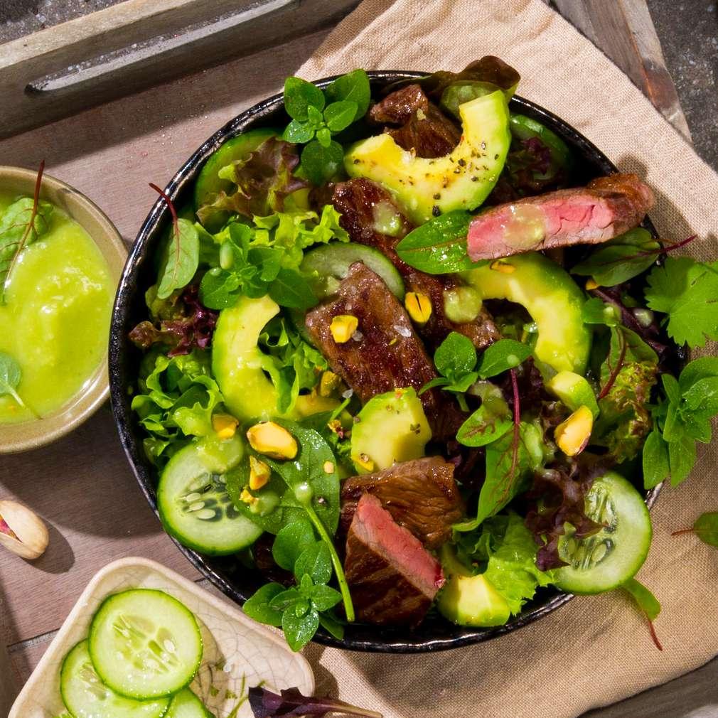 Abbildung des Rezepts Roastbeefstreifen mit Salat und Avocado-Dressing