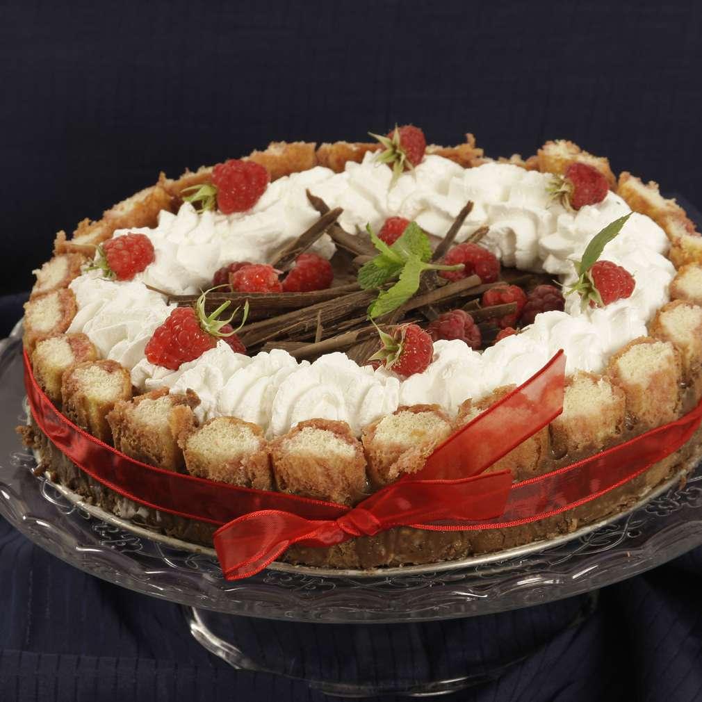 Imaginea rețetei Tort din șarlotă cu zmeură și ciocolată