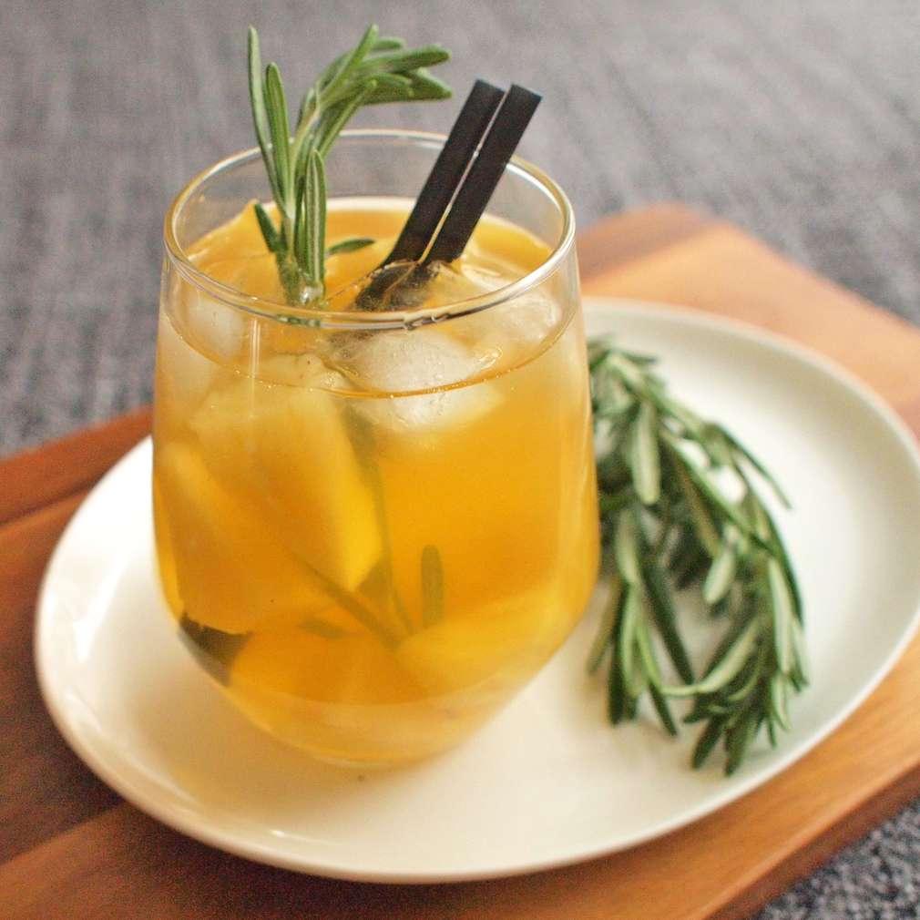 Zobrazit Ananasová limonáda s rozmarýnem receptů