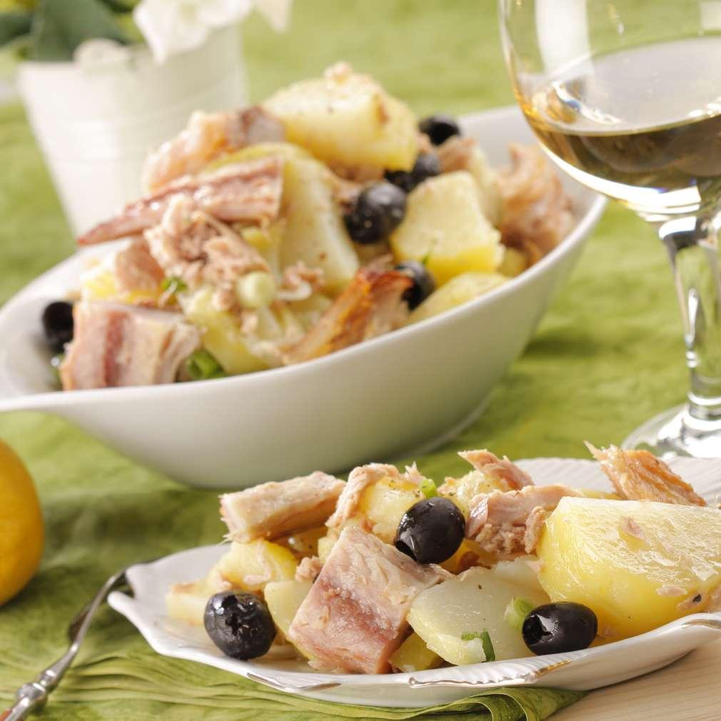 Salată de cartofi cu macrou afumat și ton