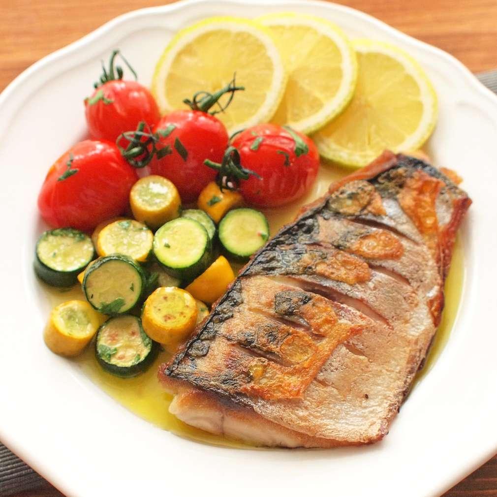 Zobrazit Filet z makrely s cuketou a pečenými rajčaty receptů