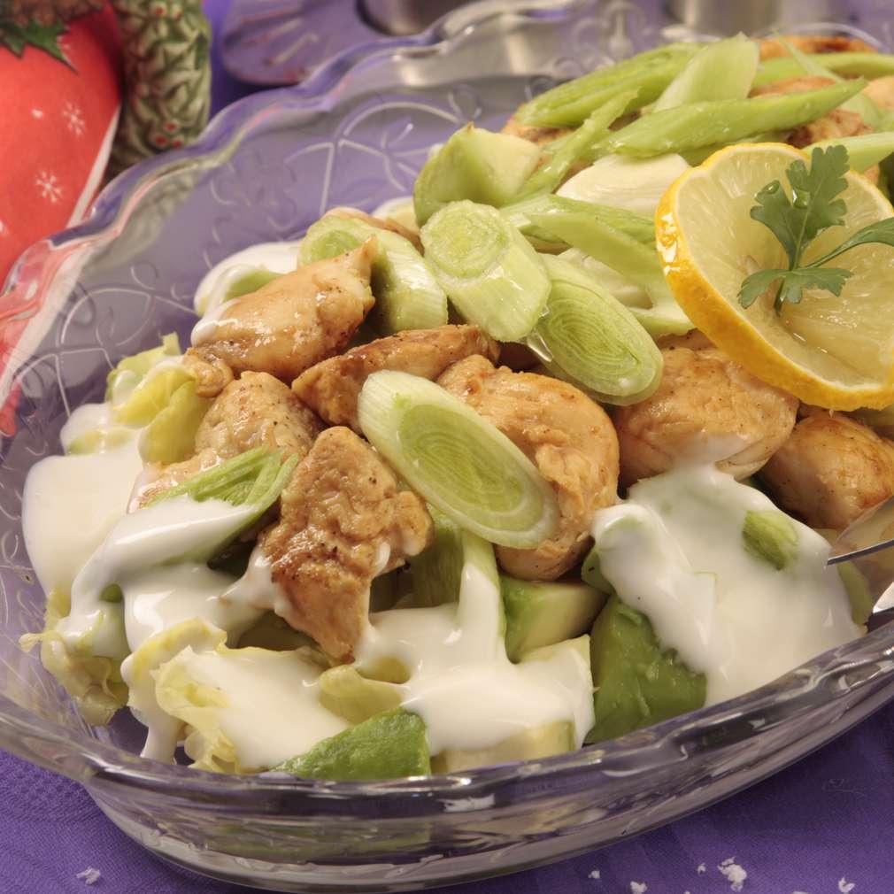 Salată cu avocado și pui