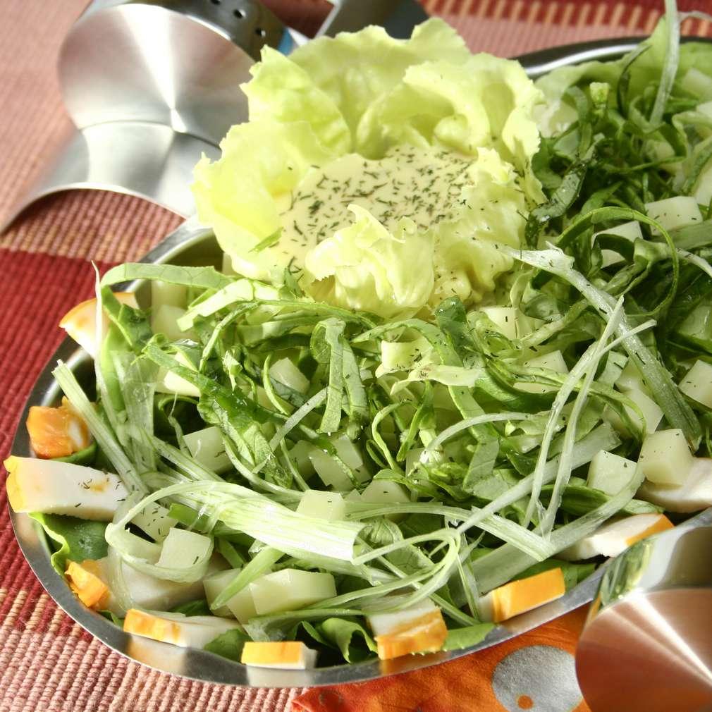 Salată cu piept de pasăre afumat