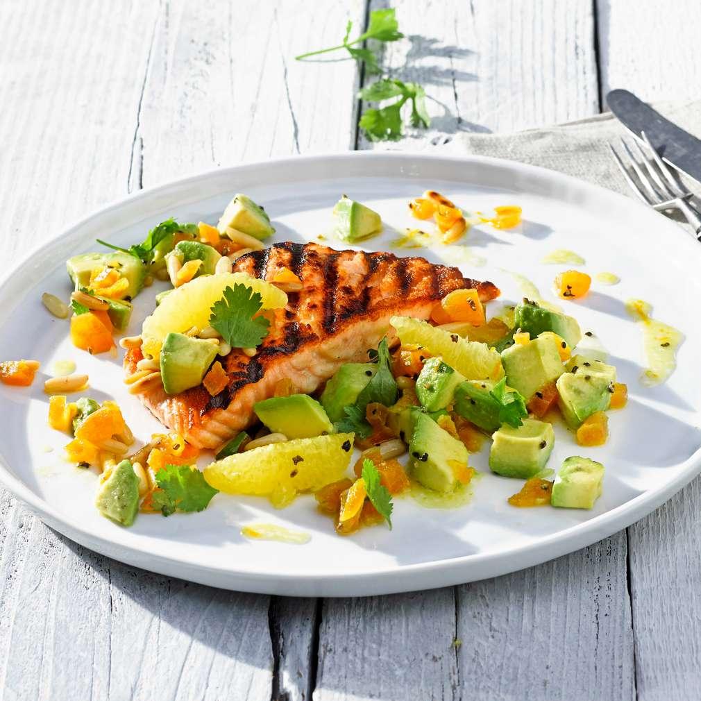 Abbildung des Rezepts Gegrilltes Lachsfilet mit Avocado-Aprikosen-Salat