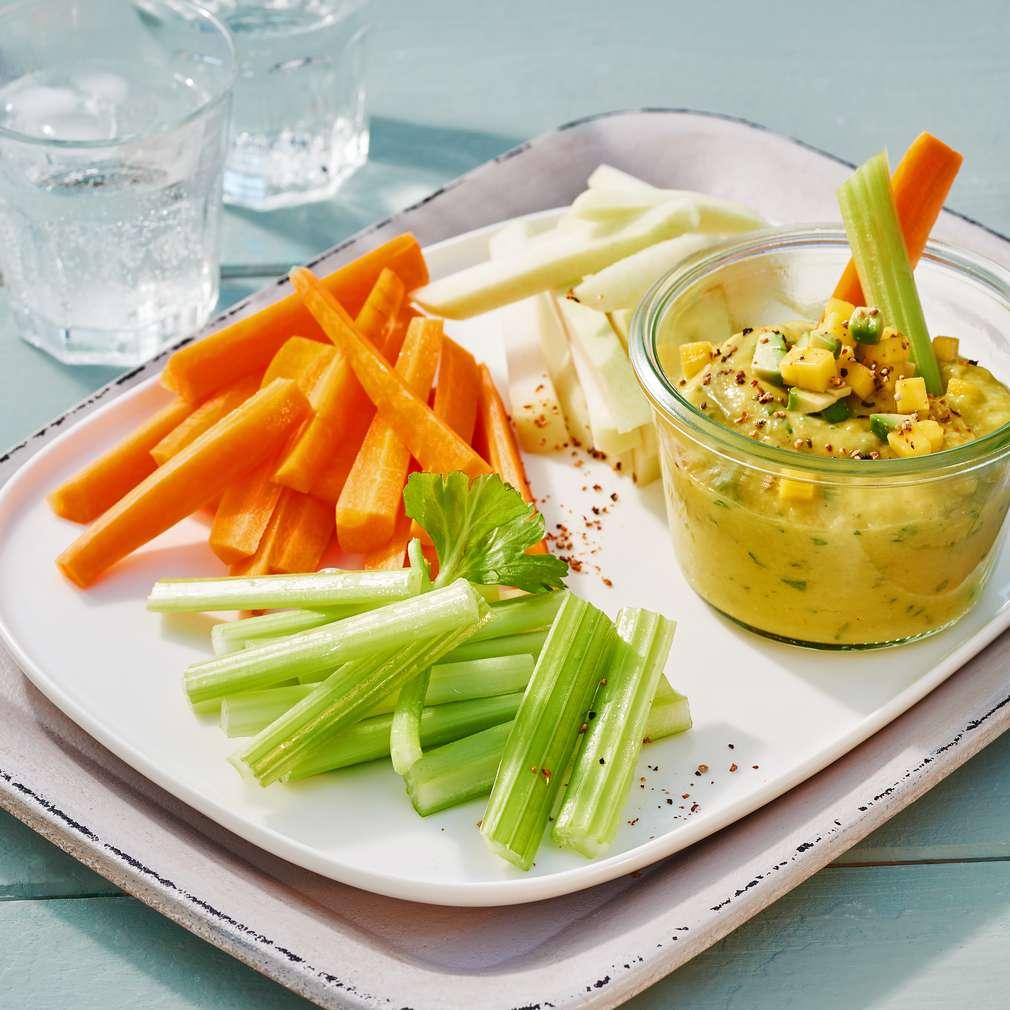 Abbildung des Rezepts Bunte Gemüsesticks mit Avocado-Mango-Dip