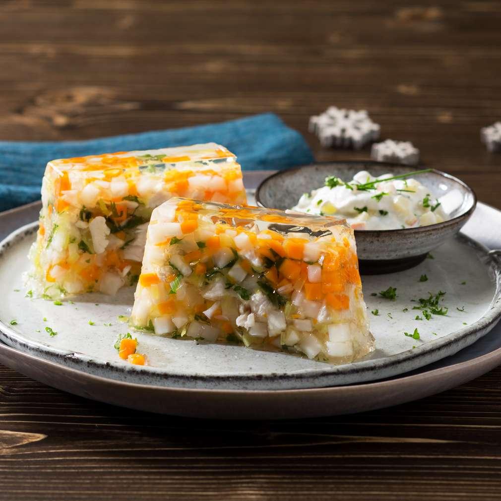 Imaginea rețetei Pui cu legume în aspic și sos de iaurt