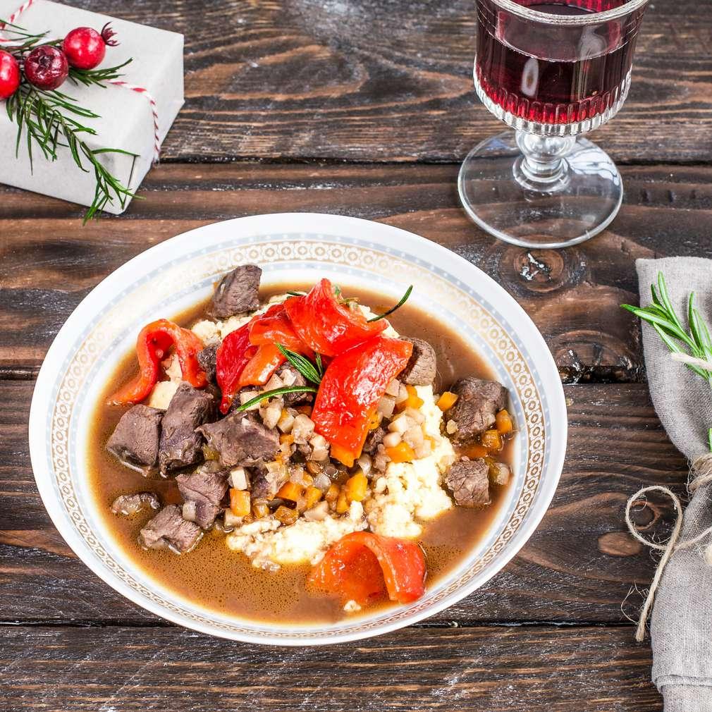 Imaginea rețetei Miel în sos de vin roșu cu mămăligă și ardei copți