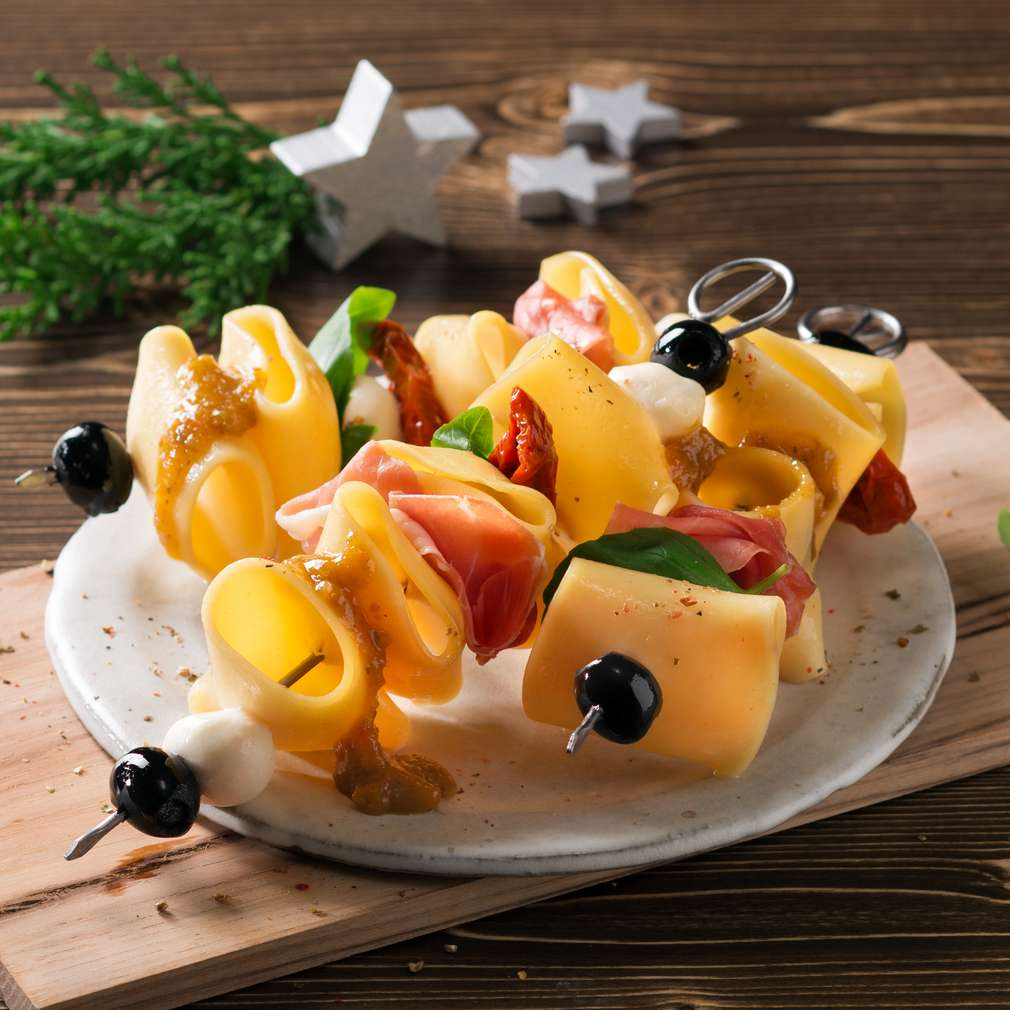 Zdjęcie przepisu Szaszłyki z makaronem i szynką serrano