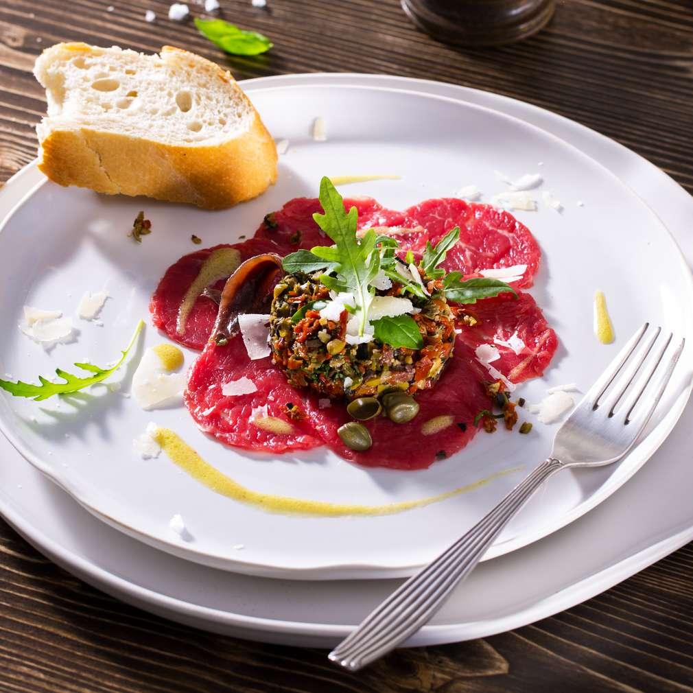 Abbildung des Rezepts Rindercarpaccio mit Tatar von getrockneten Tomaten