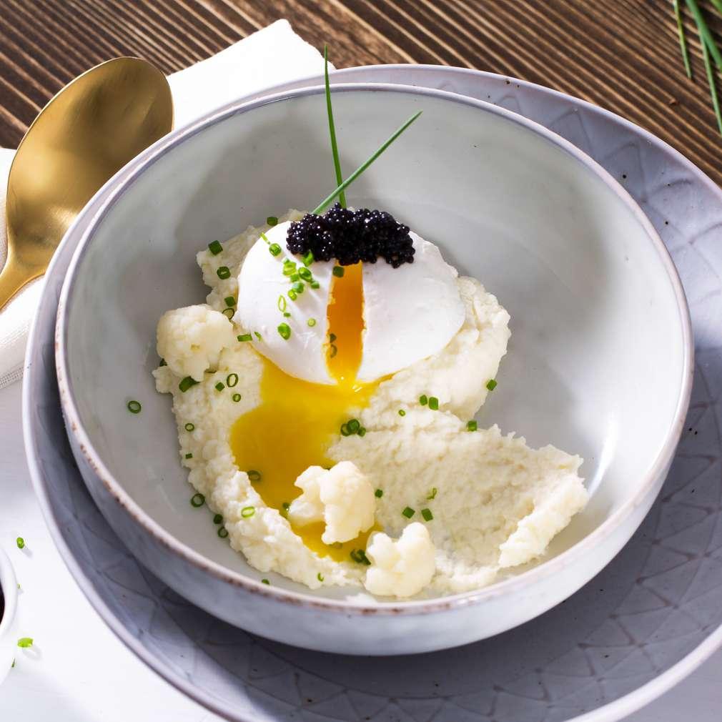 Abbildung des Rezepts Pochiertes Ei auf Blumenkohlcreme mit Kaviar