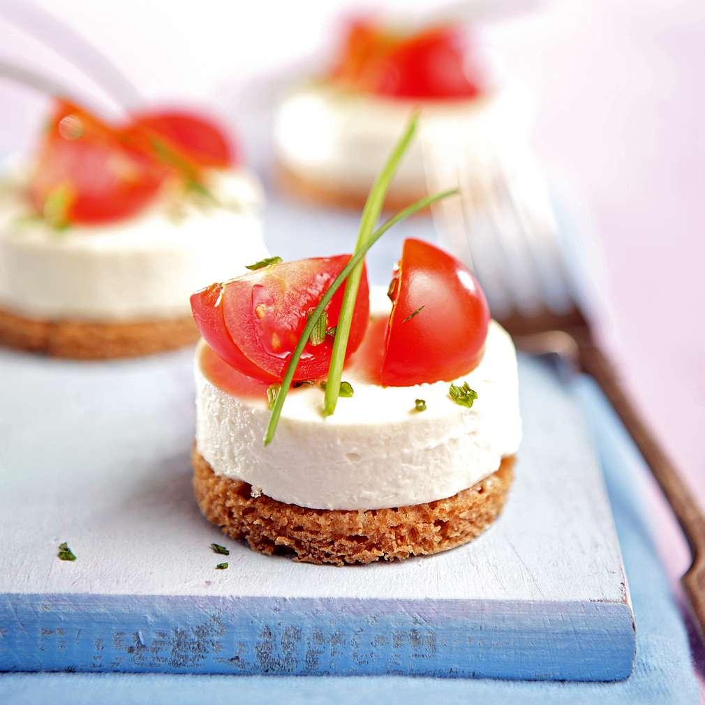 Изобразяване на рецептата Хапки с мариновано сирене и чери доматчета