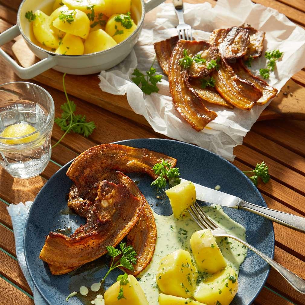 Zdjęcie przepisu Chrupiący boczek z ziemniakami i sosem pietruszkowym