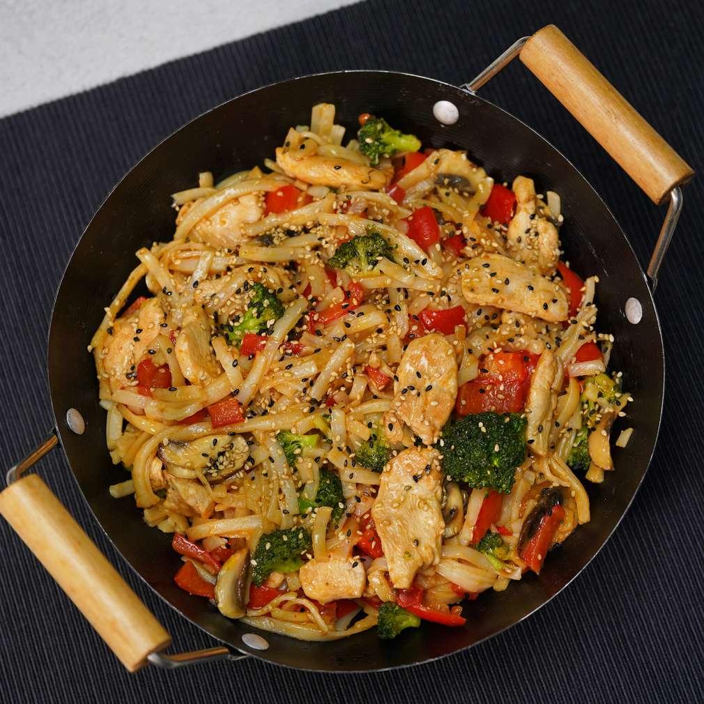 Изобразяване на рецептата Нудли с пилешко и зеленчуци