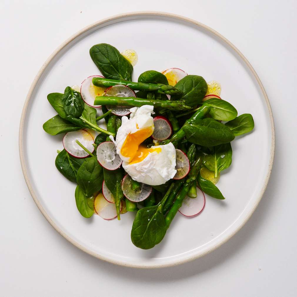 Imaginea rețetei Salată de sparanghel și spanac cu ou poșat