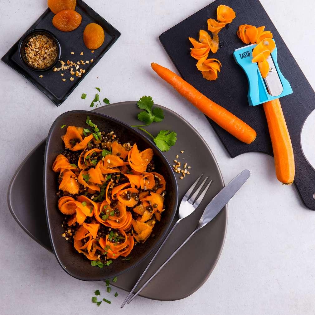 Salată din spaghete de morcovi cu linte și alune