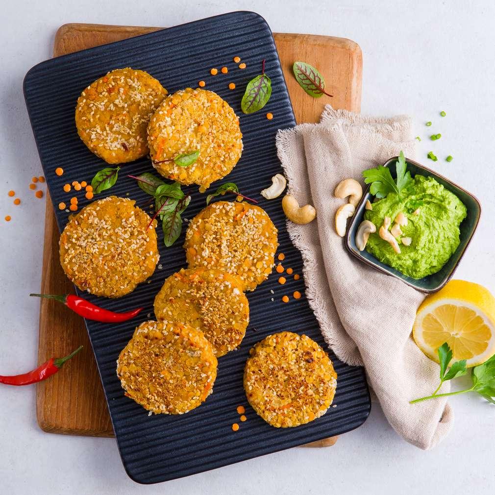 Abbildung des Rezepts Vegane Linsenbratlinge mit Cashew-Dip und Salat